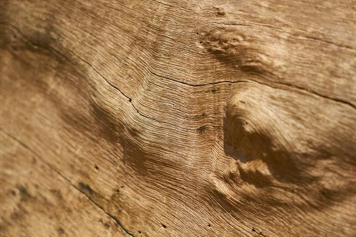 Olej na drevo a štetec na nanášanie
